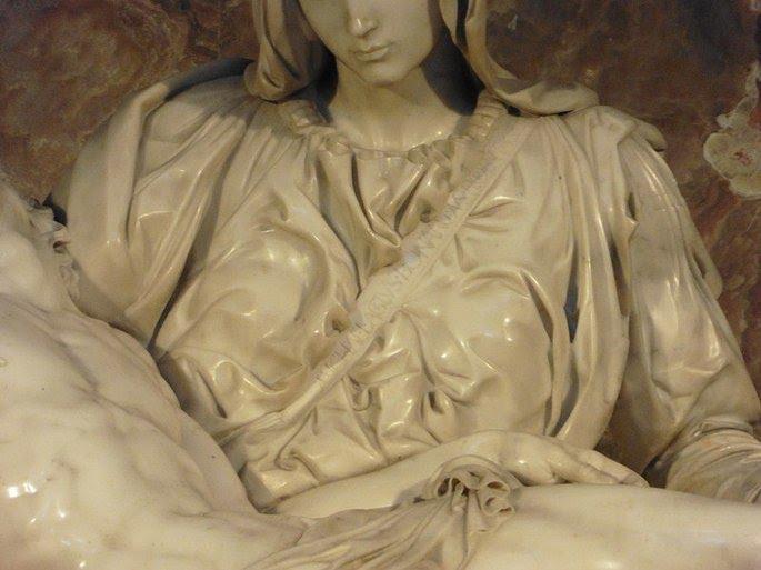 Pieta, detalhe: assinatura de Michelangelo.